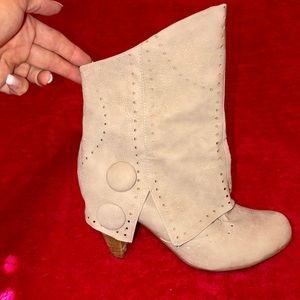 Cute cream colored booties, size 7.